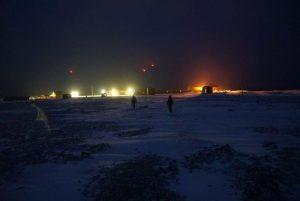 Endelig er stasjonen i sikte etter nesten 5 km med gange i mørket.