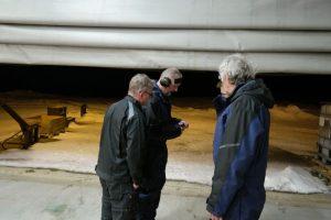 Morten, André og Ted ser på at Mats lader signalpistolen.