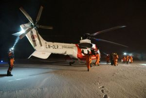 Så var besøket over og gjestene klatrer om bord i helikopteret som skal fly dem hjem til Longyearbyen. Foto: André Gunnar Røsberg
