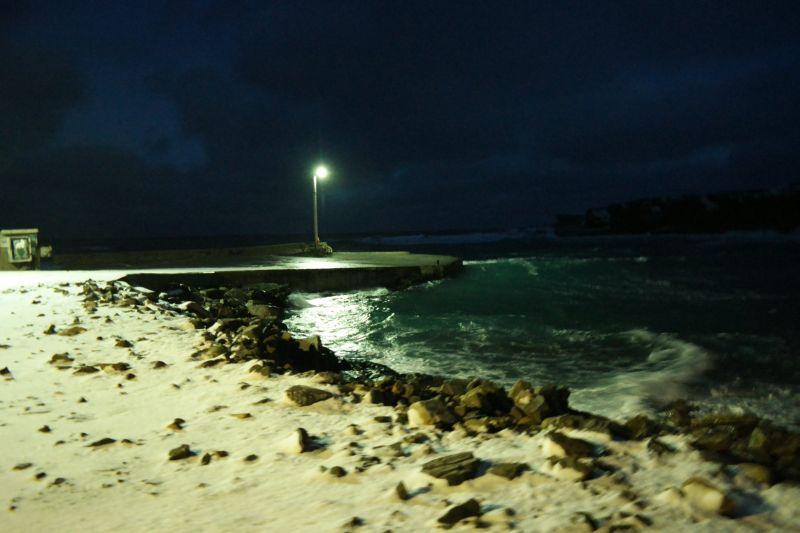 Bølgene slår kraftig inn i Herwighavna så i dag er vi nok godt isolert fra omverdenen.