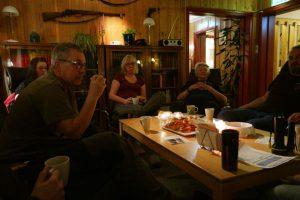 Erik, Susanne, Nina, Ted og Knut-Einar koser seg med lussekatter ved 3- kaffen. For den som lurte på det, så er det kaffekoppen til André en ser nede i venstre hjørne på bildet.