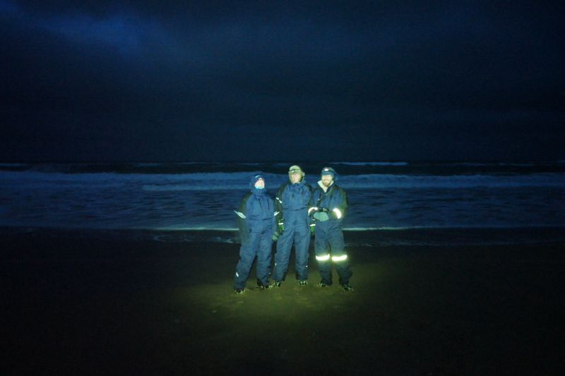 Nina, André og Susanne på stranda på Nordhavna der stormbølgene fra Barentshavet ruller inn.